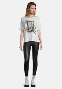 Cartoon - Print T-shirt - weiß/schwarz - 1