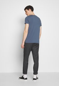 Tommy Hilfiger - STRETCH SLIM FIT VNECK TEE - T-shirt basic - blue - 2