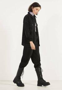 Bershka - OVERSIZE-JEANSJACKE 01110335 - Kurtka jeansowa - black - 1