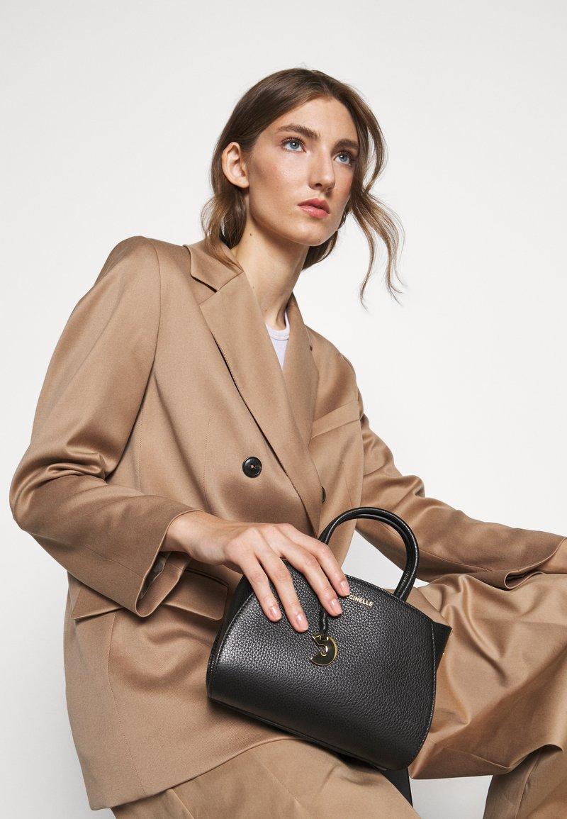 Coccinelle - CONCRETE HANDBAG - Handbag - noir