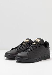 adidas Originals - STAN SMITH - Tenisky - core black/gold metallic - 3