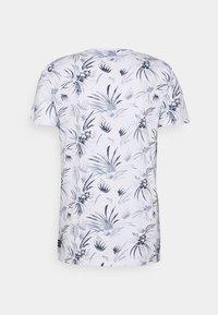 TOM TAILOR DENIM - ALLOVER PRINTED - Print T-shirt - white/navy - 6