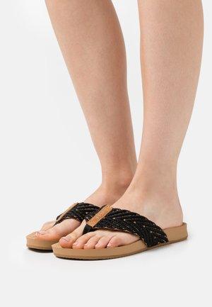 CUSHION STRAND - Sandály s odděleným palcem - black/natural