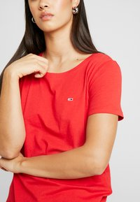 Tommy Jeans - TEE - T-shirts - racing red - 4