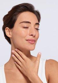 L'Oréal Paris Skin - REVITALIFT HYDRATING SMOOTHING SERUM - Anti-Aging - - - 3