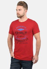 Blend - RUNDHALSSHIRT DOPPLER - Print T-shirt - pomp red - 0