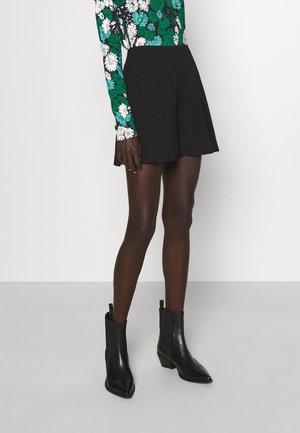 PILAR CADY PLEAT - Shorts - black