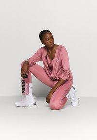 Puma - PAMELA REIF X PUMA COLLECTION OVERLAY CREW - Camiseta de manga larga - mesa rose - 1