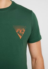 Pier One - T-shirt med print - dark green - 5