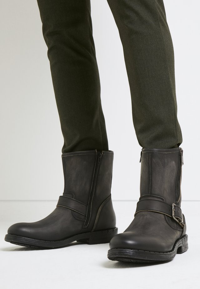 BEDFORD - Cowboy/biker ankle boot - stone