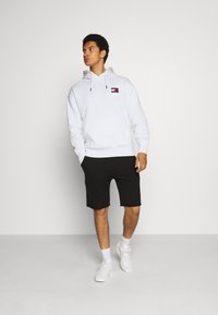 Tommy Jeans - BADGE HOODIE UNISEX - Sweat à capuche - white - 1