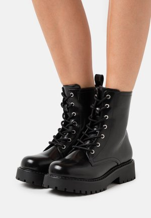 VEGAN LEANDRA BOOT - Platform-nilkkurit - black