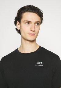 New Balance - ESSENTIALS EMBROIDERED TEE - Basic T-shirt - black - 3