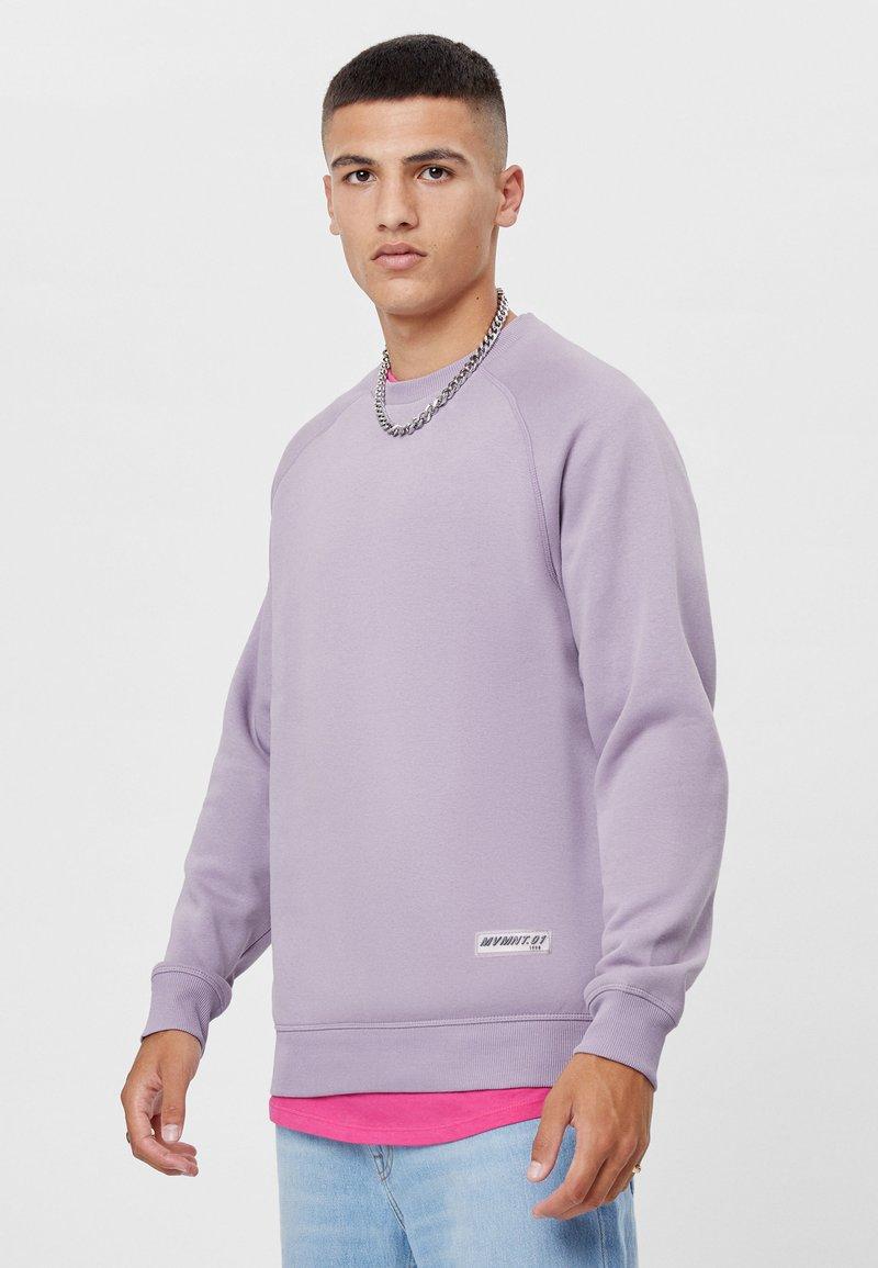 Bershka - MIT RUNDAUSSCHNITT  - Sweatshirt - mauve