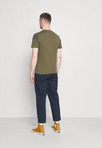 Pier One - Print T-shirt - olive, dark grey - 2
