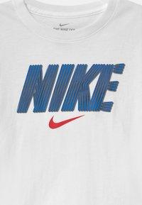 Nike Sportswear - BLOCK LINES  - Print T-shirt - white - 2