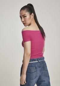 Urban Classics - Print T-shirt - pink - 2
