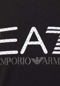 EA7 Emporio Armani - T-shirt con stampa - black - 6