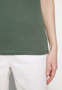 GAP - FAV CREW - Camiseta básica - cool olive - 6