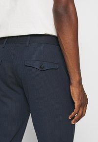 Selected Homme - SLHSLIM CARLO COTFLEX PANTS - Kalhoty - dark navy - 3