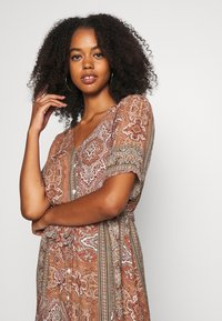 Minimum - SOLALLY DRESS - Vapaa-ajan mekko - picante - 3