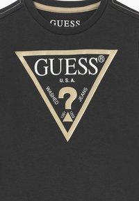 Guess - TODDLER CORE - Triko spotiskem - dark grey - 3