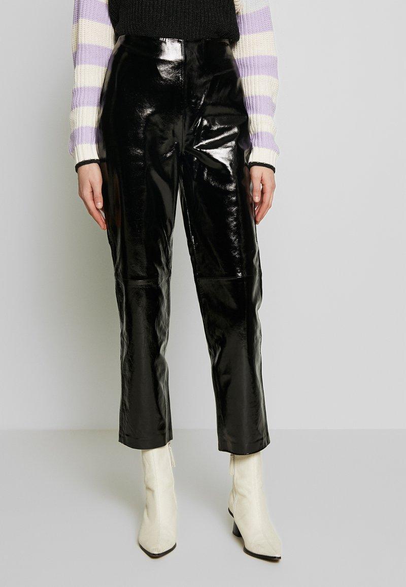YAS - YASPATTY PATENT PANT SHOW - Lederhose - black