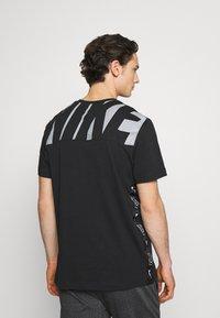 Nike Sportswear - T-shirt med print - black/white - 2