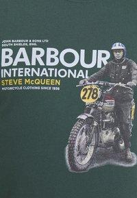 Barbour International - SIDE STEVE TEE - Triko spotiskem - deep green - 5