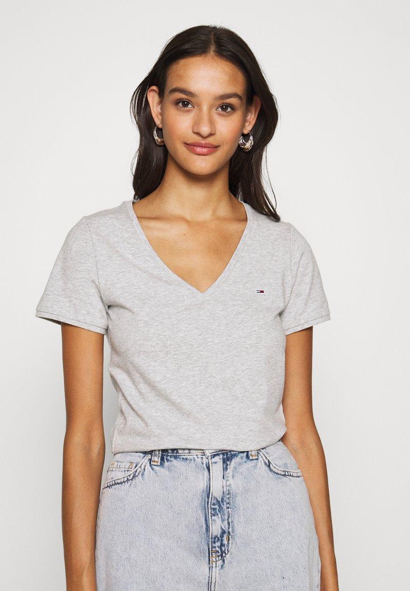 Tommy Jeans - SHORTSLEEVE STRETCH TEE - Basic T-shirt - light grey heather