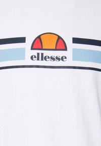 Ellesse - MONTELL - T-shirt z nadrukiem - white - 5