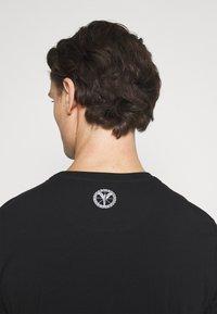 Carlo Colucci - BIG LOGO - Print T-shirt - black - 4