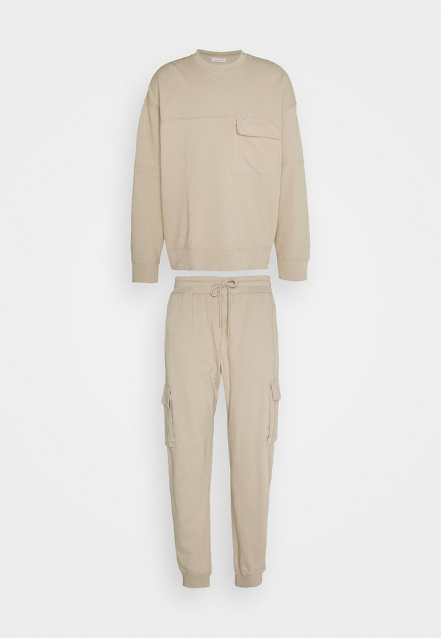 CREW  2-IN-1 - Tracksuit - stone