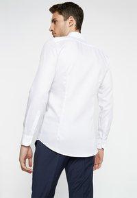 OLYMP - OLYMP NO.6 SUPER SLIM FIT - Koszula biznesowa - white - 2