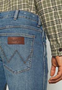 Wrangler - GREENSBORO - Straight leg jeans - blue fever - 5