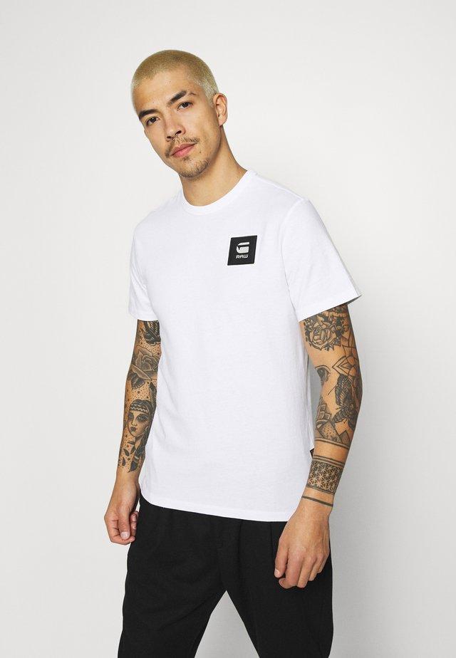 BADGE LOGO - T-shirt con stampa - white