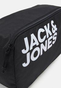 Jack & Jones - JACSHOE BAG - Trousse de toilette - black - 4