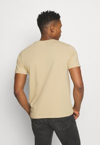 Levi's® - HOUSEMARK GRAPHIC TEE - Print T-shirt - beige/sand - 2