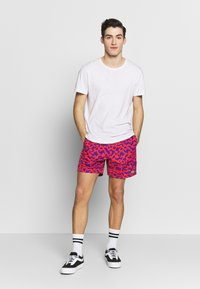 Obey Clothing - EASY RELAXED FUZZ SHORT - Kraťasy - red multi - 1