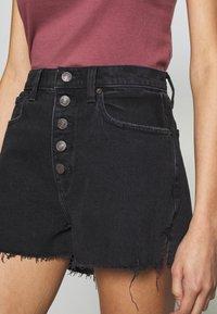 Abercrombie & Fitch - MOM SHANK - Short en jean - black - 4