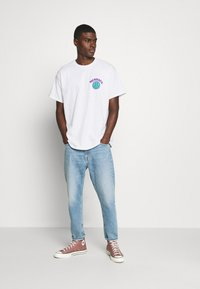 Mennace - UNISEX MENNACE TWISTED  - T-shirt med print - white - 1