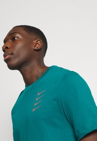 Nike Performance - TEE PROJECT  - T-Shirt print - bright spruce - 3