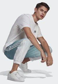 adidas Originals - ADICOLOR 3D TREFOIL 3-STRIPES OMBRÉ TRACKSUIT BOTTOMS - Tracksuit bottoms - white - 2
