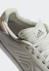 adidas Performance - FIVE TEN SLEUTH DLX MOUNTAIN BIKE SHOES - Cycling shoes - beige - 8