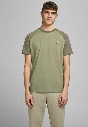 SLIM FIT INTERLOCK - Print T-shirt - deep lichen green