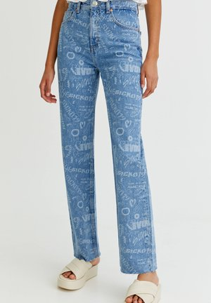 MIT ALLOVER-PRINT UND HOHEM BUND - Straight leg jeans - light blue
