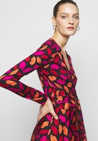 Diane von Furstenberg - AMELIA - Vapaa-ajan mekko - red/black - 5