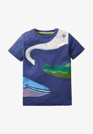 MIT RUNDUM-TIER - Print T-shirt - schuluniform-navy, buntes tiermuster