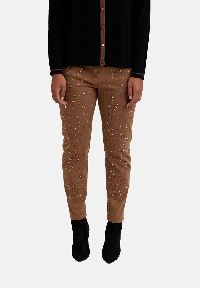 MIT STICKEREI - Pantalones - marrone