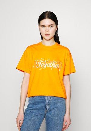 BETTER TOGETHER TEE - T-shirt print - orange